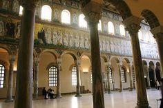 Nef de la basilique Sant'Apollinare nuovo de Ravenne avec ses mosaïques du vie siècle.