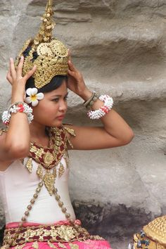 Cambodian girl in costume Folk Costume, Costumes, Cambodian Art, Burma Myanmar, Unity In Diversity, Hat Hairstyles, Day Work, Angkor, World Cultures