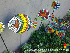 Tutores para macetas en hierro y mosaico : DeArtesanias - Feria virtual de artesanos argentinos Mosaic Garden Art, Mosaic Tile Art, Mosaic Glass, Tile Crafts, Mosaic Crafts, Mosaic Projects, Mosaic Designs, Mosaic Patterns, Mosaic Rocks