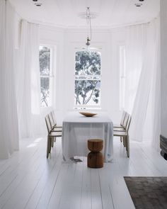 Het optische effect van sereen witte, frisse gordijnen  http://www.woninginrichtingdoetinchem.nl/