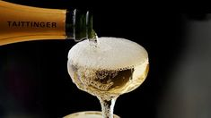 Dit is die borrels, bo en behalwe die unieke smaak en voorkoms, wat vonkelwyn verhef tot 'n heel ander klas as enige ander wyn. Vir eeue lank reeds word die werêld betower deur die mistiek van vonkelwyn en misterie van sy borrels. Fun Drinks, Alcoholic Drinks, Cocktails, Taittinger Champagne, Expensive Champagne, One Carat Diamond, Perrier Jouet, Wine Searcher, Famous Wines