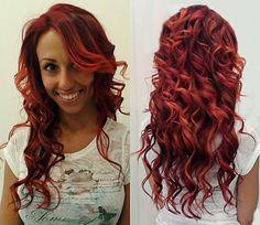 Súmate a la TENDENCIA del rizado largo. Consigue el look con extensiones de cabello natural URBAN. En la foto melena teñida de rojo en distintos tonos para hacer el efecto de color.