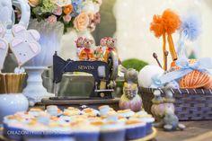 Festa Cinderela. com detalhes dos docinhos e da mesa do bolo. Creazioni | Eventos Realizados