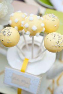 Preciosos cupcakes de color neutro para la fiesta de presentación del género de tu bebé