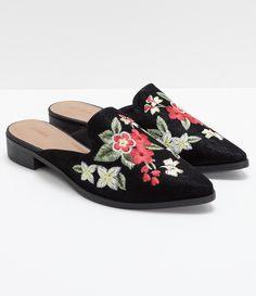 Sapato feminino Modelo mule Com bordado Marca  Satinato Material  sintético  COLEÇÃO VERÃO 2018 Veja outras opções de sapatos femininos. a00ce94e6d2