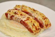 Fylld och gratinerad frukostkorv med potatismos och ketchupsås