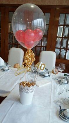 Centro de mesa con globos para 40 cumpleaños.