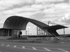 Interesante como compensa la zona debil del arco asimetrico  //  Railway station (1977); Dubulti, Jūrmala, Latvia / Ilya Yavein © Jānis Vilniņš, lv.wikipedia.org