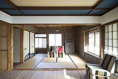 壁に漆喰を塗り、床にスギ板を張って洋室に仕上げた部屋と畳の八畳間を続けてシアタールームに