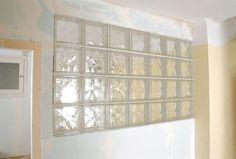 Cloison en briques de verre | Bricolage avec Robert Shower Cabin, Glass Brick, Built Ins, Valance Curtains, New Homes, Construction, House, Inspiration, Glass Partition