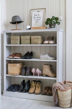 Näyttävä hylly syntyy yksinkertaisista aineksista. Jos teet hyllystä oikein leveän, neuvoo Katja Rinkinen upottamaan poikkihyllyihin tukilistat. Cosy Home Decor, Closet Space, How To Make Bed, Rustic Interiors, Home Interior, Bed Spreads, Luxury Bedding, Home Organization, Mudroom