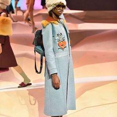 Oa desfiles de @anyahindmarch têm se tornado um dos favoritos da turma de fashionistas em Londres. Sempre bem-humorada a estilista trouxe desta vez uma boa mistura de cores e texturas invernais como a lã e o feltro. Os acessórios foram um show à parte: tamancos de pelúcia clutches em formato de ursinho e bolsas em tons pastel cheias de compartimentos. #LOFFama #lfw  via L'OFFICIEL BRASIL MAGAZINE INSTAGRAM - Fashion Campaigns  Haute Couture  Advertising  Editorial Photography  Magazine Cover…