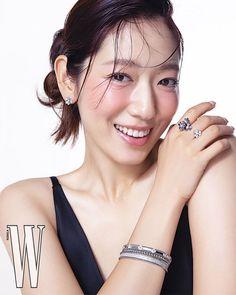 Park Shin Hye Models Jewelry in a Sleek and Simple W Korea Pictorial | A Koala's Playground Korean Actresses, Korean Actors, W Korea, Cha Eun Woo Astro, Park Shin Hye, Jewelry Model, Flower Boys, Party Looks, Messy Hairstyles
