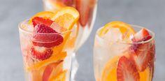 Do velkého džbánu dejte pokrájené čerstvé jahody, plátky nektarinky, tenké plátky pomeranče (včetně kůry), rum i likér Grand Marnier. Nechte 30 minut...