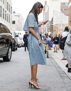 Une robe midi à rayures avec des sandales à talons