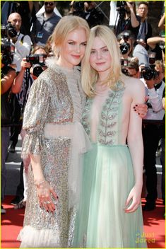 Nicole Kidman wearing Rodarte and Elle Fanning wearing Gucci attend the 'How To Talk To Girls At Parties' screening during the annual Cannes Film Festival at Palais des Festivals on May 2017 in Cannes, France. Star Fashion, Look Fashion, Runway Fashion, Fashion Models, Fashion Show, Girl Fashion, Nicole Kidman, Top Celebrities, Celebs