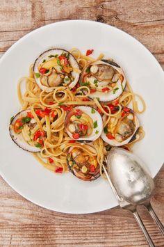 """Une envie de bord de mer Les vacances se profilent à l'horizon et avec elles, à nous les bons petits plats iodés qui vont nous régaler tout l'été. Peut-être serez vous tenté(e)s par des amandes de mer cuisinées façon """"alle vongole"""" comme en Italie avec..."""