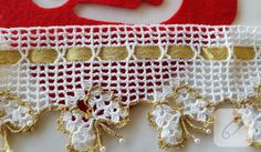 This Pin was discovered by HUZ Crochet Art, Crochet Motif, Crochet Designs, Lace Runner, Crochet Potholders, Crochet Borders, Chrochet, Holidays And Events, Arts And Crafts