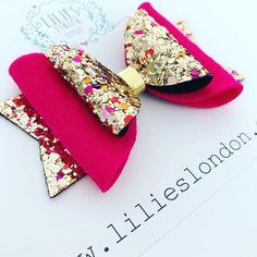 20 Pretty And Easy Ideas to Wear Butterfly Hair Clips Gold Hair Bow, Pink Hair Bows, Glitter Hair, Glitter Fabric, Diy Headband, Headband Tutorial, Flower Headbands, Bow Tutorial, Flower Tutorial