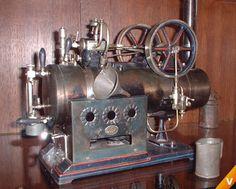 Antieke speelgoed Stoommachine Een antieke speelgoed stoommachine, erg mooi afgewerkt met verschillende kraantjes en hendels.
