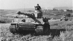 """""""Kursk markiert eine Wende auf dem Gebiet der Panzertechnik – allerdings zugunsten der deutschen Panzerwaffe"""", schreibt der Historiker Karl-Heinz Frieser. Die Modelle, die diese Wende markierten, waren der Panzer VI """"Tiger"""" ..."""