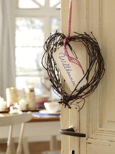 DIY-Idee im Landhausstil: Begrüßen Sie Ihre Brunch- oder Frühstücks-Gäste schon an der Tür mit einem geflochtenen Herz aus Birkenreisig.