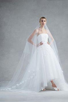 Straight Cut White Ball Gown Topped with Soft Chiffon | Fashion Friday: Oscar de la Renta Bridal Fall 2017 | http://brideandbreakfast.ph/2016/12/09/oscar-de-la-renta-bridal-fall-2017/
