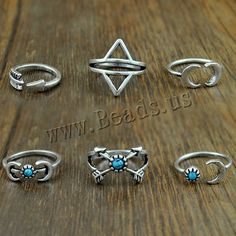 💟Rustic Silver and Turquoise Midi Ring Set💟 Deconstructed looking silver and turquoise ring set. Various size rings in the set. Halo, Vintage Silver Rings, Antique Silver, Mid Finger Rings, Arrow Ring, Turquoise Accents, Ring Set, Wedding Band Sets, Midi Rings