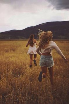 amigas corriendo en el campo