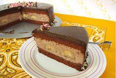 Μια υπέροχη σοκολατένια τούρτα με αφράτο σοκολατένιο παντεσπάνι, γεμιστή με δροσερή και ανάλαφρη σοκολατένια κρέμα μους με μπανάνες, καλυμμένη με γκανάζ σο