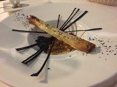 Foie Gras de Ganso Grelhado, envolto em Massa Filo, Crumble de Amendoim, Puré de Abóbora, Caviar de Hibiscus e Nuances de Limão