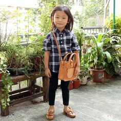 cute bear bag and just recognized the girl is my teachers' daughter from leather workshop :)