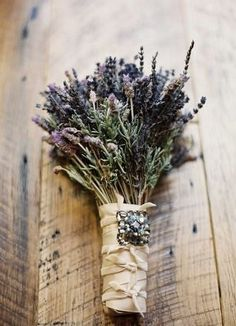 °lavanda° wedding This wedding bouquet is another great idea for a vintage wedding. Just take fresh lavender stems and rosemary wrap with satin and add a vintage brooch better yet, a brooch that belonged to your grandmother. Herb Bouquet, Lavender Bouquet, Lavander, Eucalyptus Bouquet, Seeded Eucalyptus, Dried Lavender Wedding, Lavender Weddings, Bouquet Wrap, Rustic Bouquet