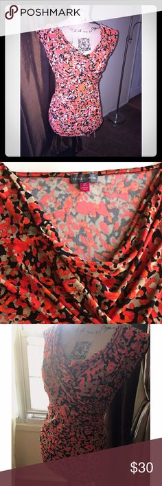 NWOT 😎☀️ Vibrant Vince Camuto Blouse Vibrant Floral wrap like Blouse with ruched sides. Very nice material on the skin. SiZe is X-Small but with the great flowy stretch fabric can fit up to a medium Vince Camuto Tops Blouses