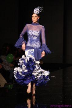 Wappíssima - SIMOF 2013 - Carmen Vega - Colección Me embrujaste Flamenco Costume, Blue And White Dress, Fishtail, Costumes, Purple, Womens Fashion, Color, Clothes, Beauty