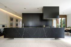 schwarze kücheninsel aus marmor mit weisser maserung