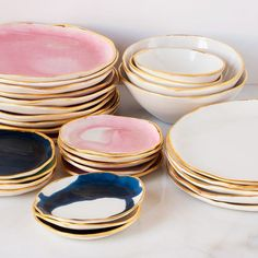 Suite One Studio Ceramic Plates In my opinion, gold-rimmed tableware is far too often left to dress the tables of weddings – only to be never seen again! It's a shame to leave these beautiful objects for special occasions when so many of them can fit in perfectly with everyday life! The gold-rim look is reminiscent of The Great Gatsby …