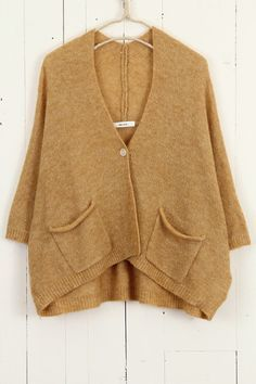 Over-sized cardigan. I love it and in this colour. Knitwear Fashion, Knit Fashion, Cool Outfits, Casual Outfits, Knit Cardigan, Batwing Cardigan, Mustard Cardigan, Beige Cardigan, Pullover