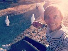 Selfie Cacatoès  On se fait des amis comme on peux au camping pas de barrière de langage ;) #newfriends #australia #roadtrip #lorne #jaimemavie by virginiaquere http://ift.tt/1IIGiLS