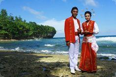 nona ambon - Google zoeken Maluku Islands, Unity In Diversity, Ubud, Kebaya, Traditional Outfits, Bali, Kimono Top, Saree, Culture