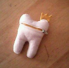 Dentinho em feltro com feixo para colocar o dente da crianca e depois substituir por moeda -By Xana Pires