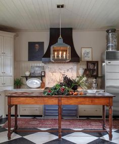 20 Timeless Kitchens You'll Love FOREVER! - Mark Maresca Kitchen – antique work table You are in the right place about kitchen mode - Classic Kitchen, Timeless Kitchen, New Kitchen, Kitchen Dining, Kitchen Decor, Kitchen Layout, Kitchen Ideas, Kitchen Cabinets, Decorating Kitchen