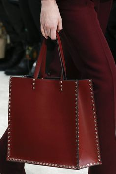 The complete Valentino Fall 2018 Ready-to-Wear fashion show now on Vogue Runway. Leather Bag Tutorial, Leather Bag Pattern, Leather Purses, Leather Handbags, Leather Wallet, Shopper Bag, Tote Bag, Valentino, Vogue