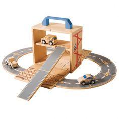 Set garaje y circuito de coches de madera de 2 alturas. Se convierte en un maletín para poderlo llevarlo de viaje.