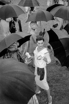 Anne Gunning wearing a camisole-sheath by Horrockses at Aurungabad Market, India, photo by Norman Parkinson, Vogue, November 1956 by Vogue Uk, Vogue India, Moda Vintage, Vintage Vogue, Black White Photos, Black And White Photography, Norman, Under My Umbrella, Umbrella Art