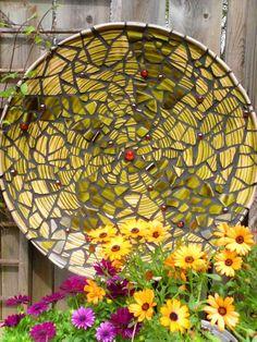 déco jardin avec mosaïque en couleur jaune