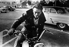 J.Dean, fuera de la Farmacia de Schwab. Hollywood, mayo de 1955