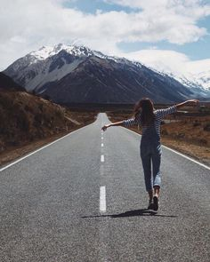 41 Ideas for travel pictures poses life Poses Photo, Picture Poses, Girl Photography, Travel Photography, Photography Degree, Window Photography, Photography Outfits, Adventure Photography, Pinterest Photography