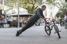 """Unindo dança contemporânea e acrobacias em bicicletas, o Sesc Pompeia recebe o espetáculo """"Bolero de 4"""", que acontece entre os dias 5 e 8 de dezembro, com entrada Catraca Livre."""