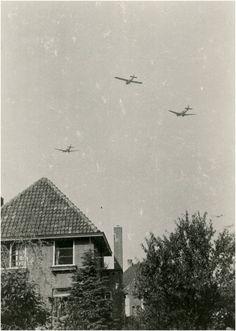 Wintelre - Militaire actie: geallieerde vliegtuigen voorafgaand aan de luchtlandingen Auteur: niet vermeld - 1944 Eindhoven, Cabin, House Styles, Home Decor, Decoration Home, Room Decor, Cabins, Cottage, Home Interior Design